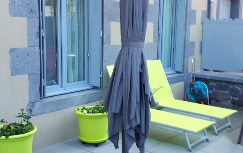 Location de vacances - Appartement à Le Mont-Dore - terrasse de 40m² et ses transats et parasol de 3 X4