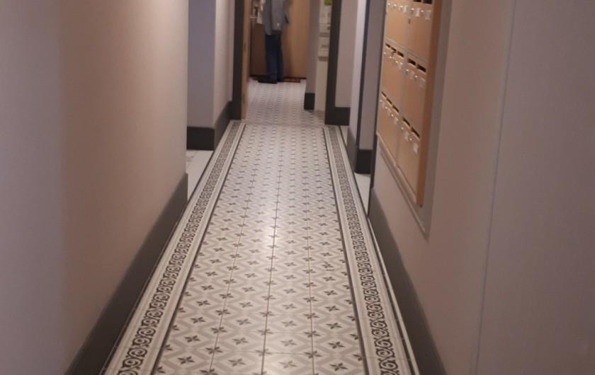 Location de vacances - Appartement à Le Mont-Dore - entrée appartement à gauche - couloir privé