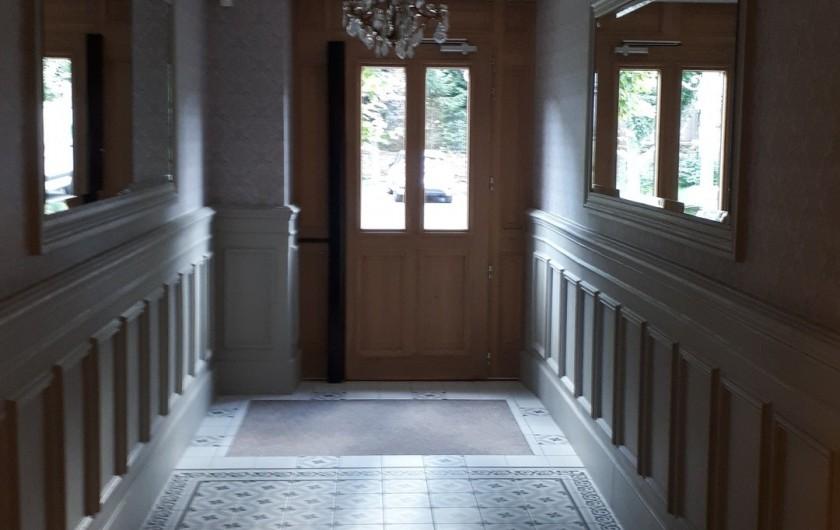 Location de vacances - Appartement à Le Mont-Dore - Entrée coté cour et appartement à  gauche