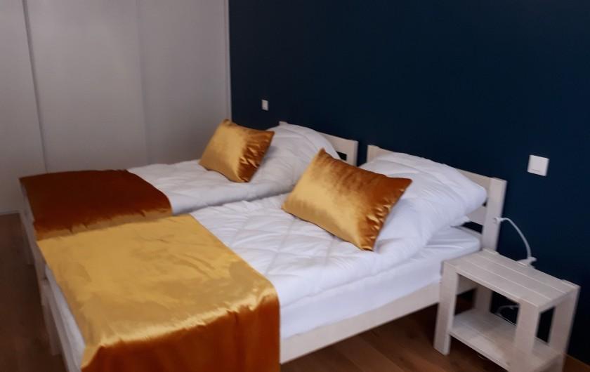 Location de vacances - Appartement à Le Mont-Dore - Chambre 1 de 14m²  : - 1 grand placard  - 2 lits de 90 - 2 chevets