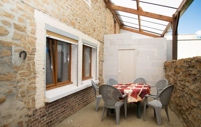 Location de vacances - Gîte à Girondelle - cour exterieure couverte