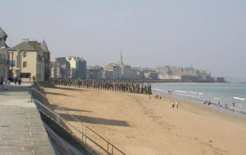 Location de vacances - Studio à Saint-Malo - la digue le long de la grande plage qui vous emmène à la vieille ville
