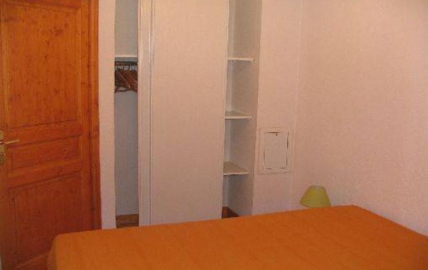 Location de vacances - Appartement à Les Deux Alpes - Penderie de la chambre