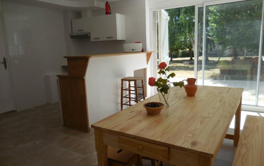 Location de vacances - Maison - Villa à Le Liège - le coin repas de la cuisine donnant sur le jardin