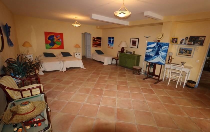 Location de vacances - Villa à Ramatuelle - Vue de la principale chambre du bas.