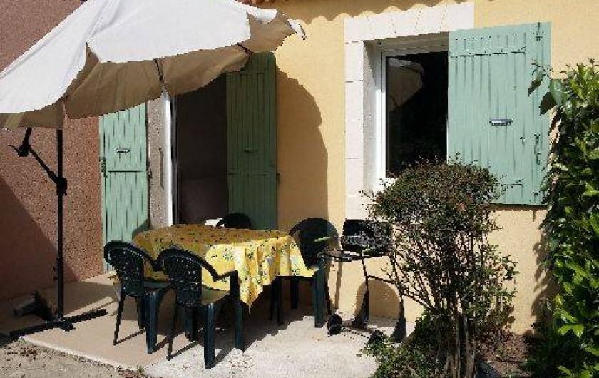 Location de vacances - Maison - Villa à Loriol-du-Comtat - Terrasse privée séparée par des haies végétales   Barbecue