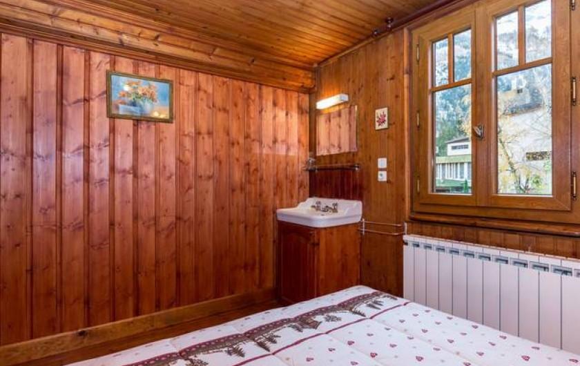 Location de vacances - Chalet à Chamonix-Mont-Blanc - Chambre au 1er étage avec un lit double. Vue sur le Mont-Blanc