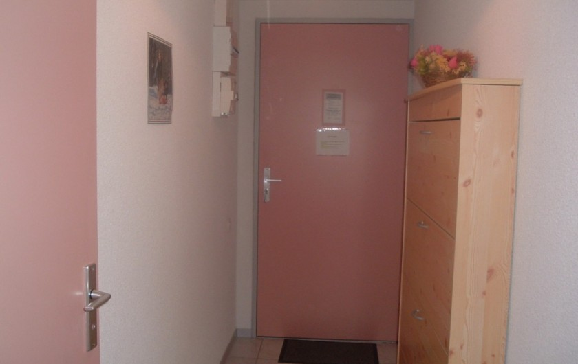 Location de vacances - Studio à Luz-Saint-Sauveur - Porte d'entrée du studio (à l'intérieur) à droite, meuble à chaussures.