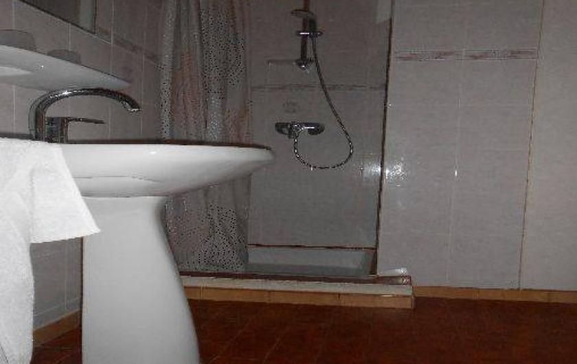 Location de vacances - Appartement à Pralognan-la-Vanoise - La douche et la salle de bains.