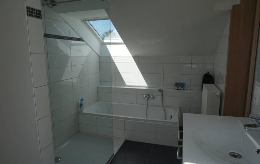 Location de vacances - Gîte à Theux - Salle de bain baignoire + douche