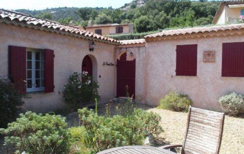 Location de vacances - Mas à Le Plan-de-la-Tour - le devant avec so jardinet