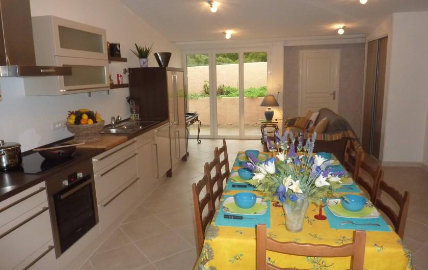 Location de vacances - Villa à Saint-Raphaël - Pièce a vivre accès terrasse : cuisine américaine toute équipée