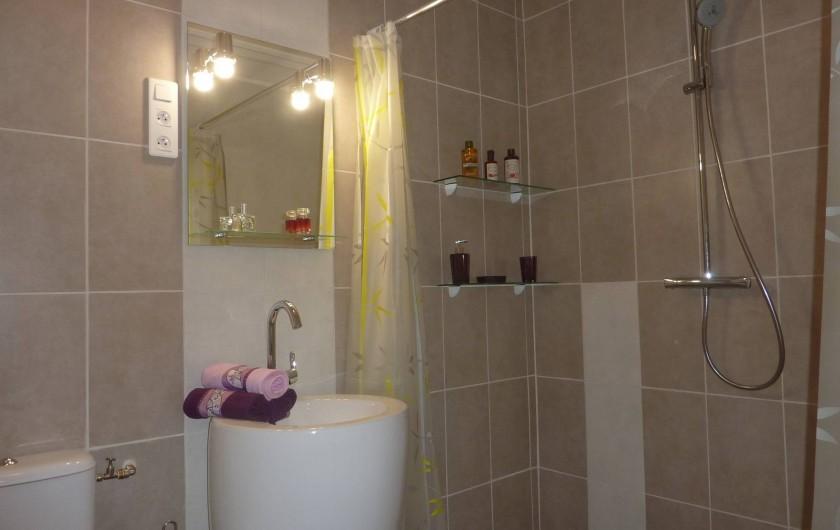 Location de vacances - Villa à Saint-Raphaël - chambre rayures : salle d'eau douche italienne de 160 cm - lavabo totem + WC