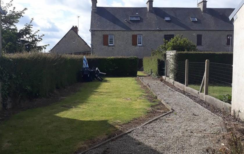 Location de vacances - Appartement à Sainte-Marie-du-Mont - Cour arrière de la maison