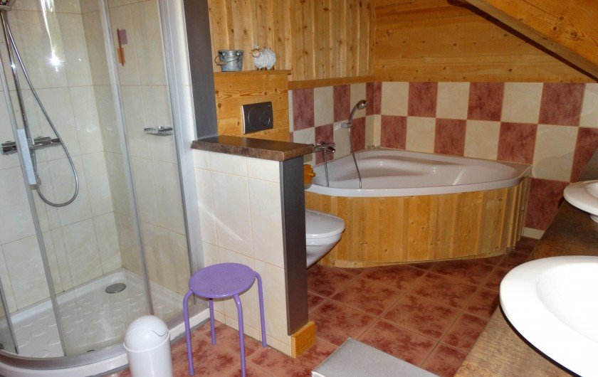 Location de vacances - Chalet à Chapelle-des-Bois - salle de bain étage
