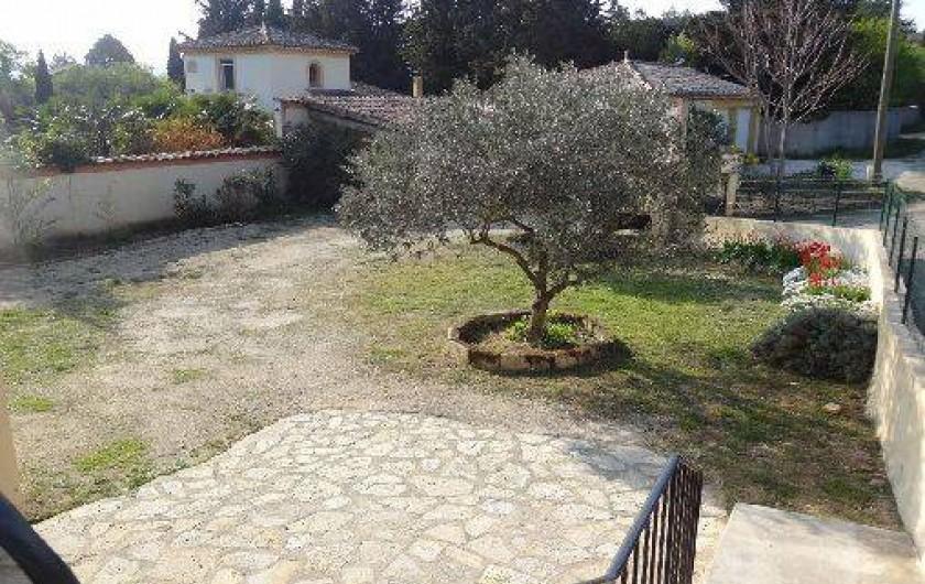 Location de vacances - Gîte à Vagnas - Terrasse et terrain d'accès clos pour les animaux