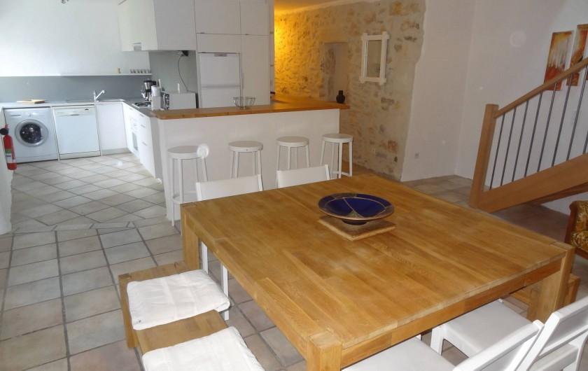 Location de vacances - Gîte à Vagnas - Séjour et cuisine avec bar