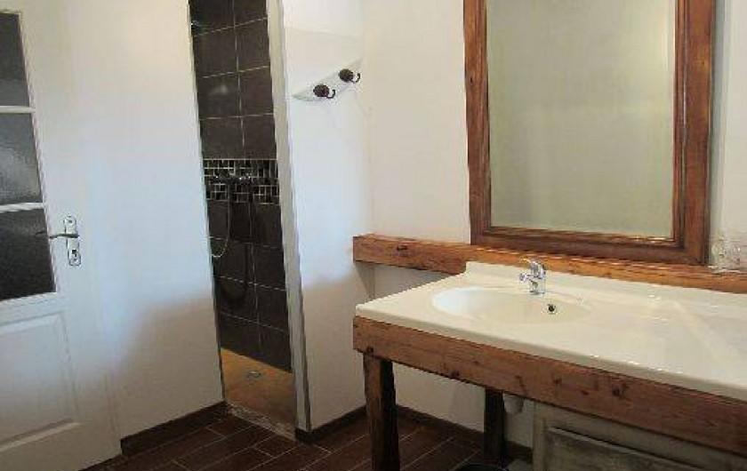 Location de vacances - Maison - Villa à Saint-Avit - Salle d'eau à l'étage : douche et lavabo