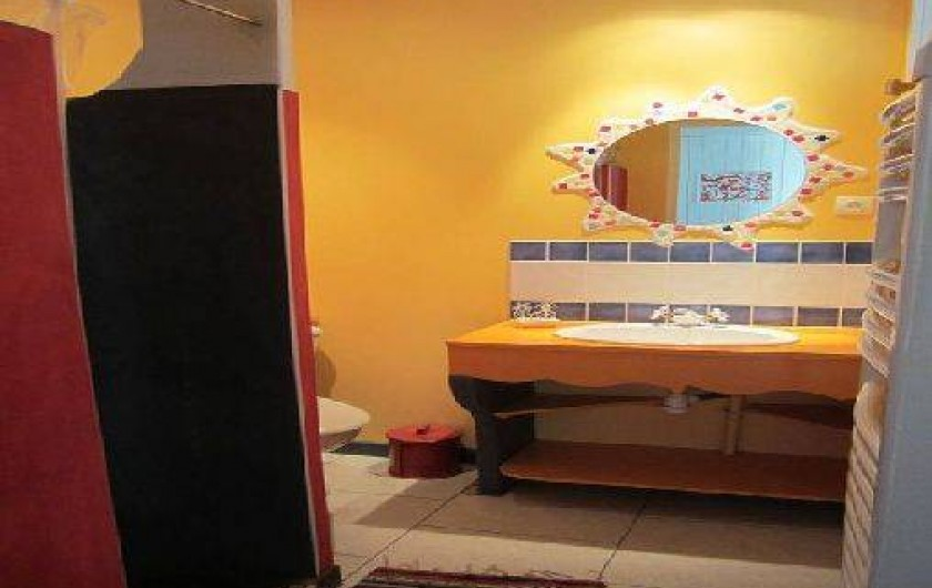 Location de vacances - Maison - Villa à Saint-Avit - Salle d'eau au rez de chaussée : douche, lavabo et WC