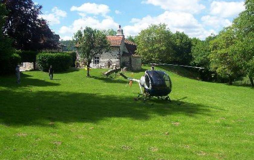 Location de vacances - Gîte à Aurillac - L'hélistation dans le près devant le Gîte et sa Terrasse