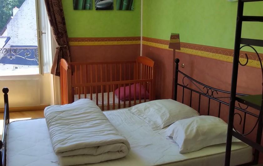 Location de vacances - Gîte à Sainte-Honorine-des-Pertes - Chambre du 1er étage avec lit Bébé du Gîte B