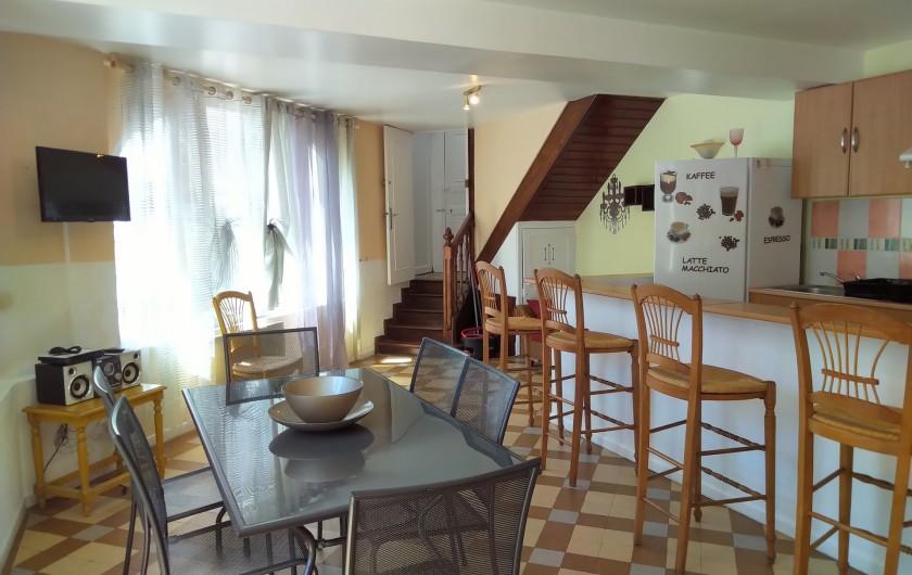 Location de vacances - Gîte à Sainte-Honorine-des-Pertes - Salon séjour avec cuisine américaine du Gîte C