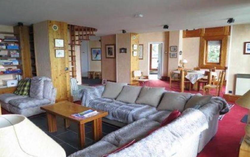 Location de vacances - Appartement à Les Arcs - Espace salon, TV et coin repas pouvant accueillir 10 personnes. -environ 55²-