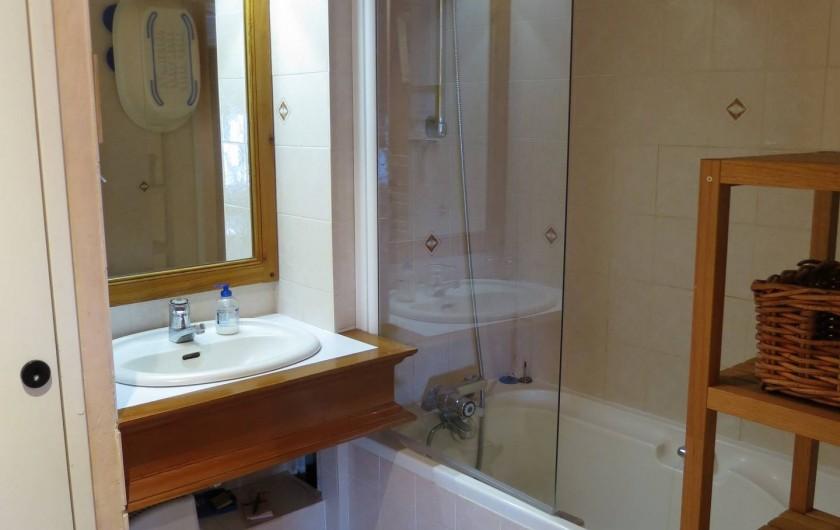 Location de vacances - Appartement à Les Arcs - 2ème s.d.b à l'étage..donne sur la mezzanine. baignoire/douche, séchoir.