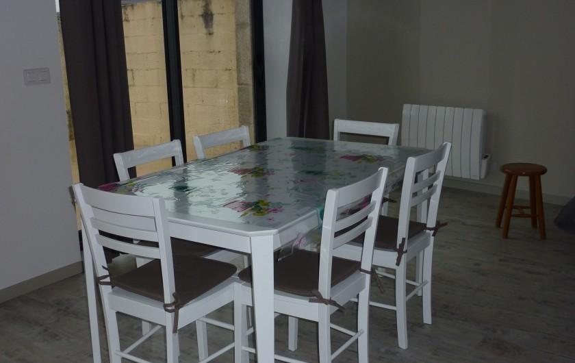 Location de vacances - Gîte à Teurthéville-Hague - Espace repas ,avec accès sur la terrasse