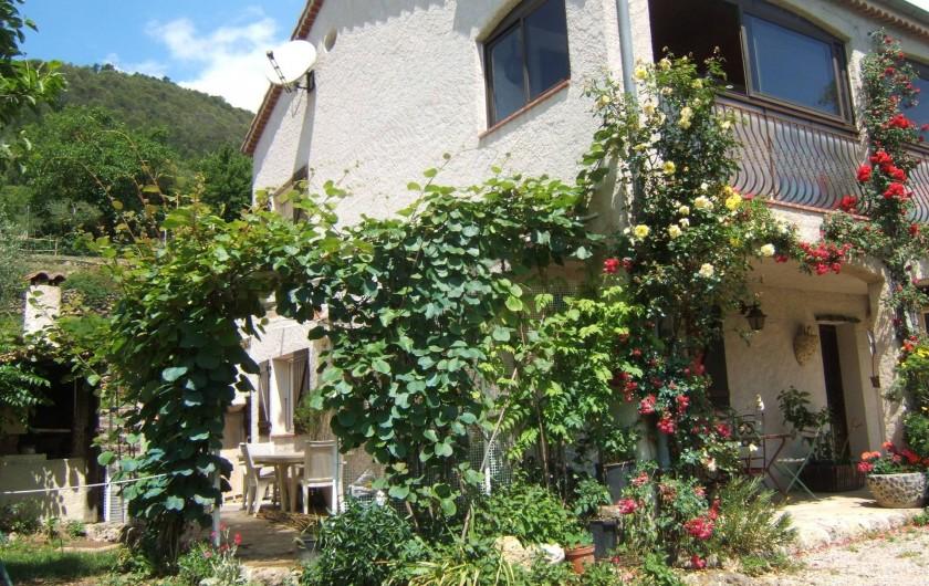 Location de vacances - Appartement à Sospel - La location se trouve en rez-de-jardin
