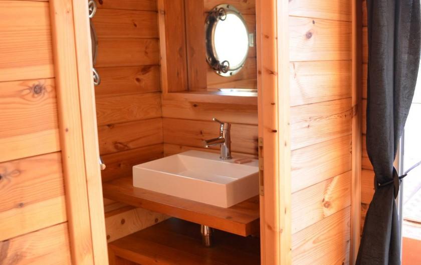 Location de vacances - Bateau à Chamberet - Salle de douche