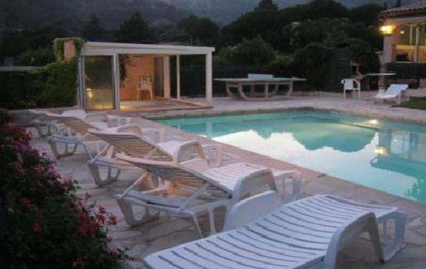 Location de vacances - Villa à Le Plan-de-la-Tour - Piscine avec ses transats et ses plages