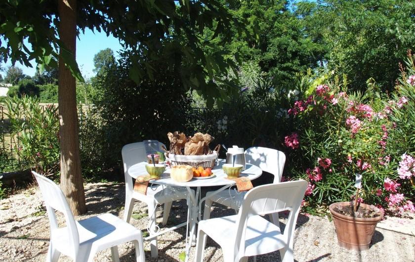 Location de vacances - Gîte à Tharaux - Prendre le petit déjeuner sur la terrasse ?