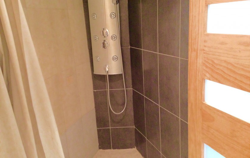 Location de vacances - Appartement à Monaco-Ville - salle d'eau , grande douche, WC , lavabo .