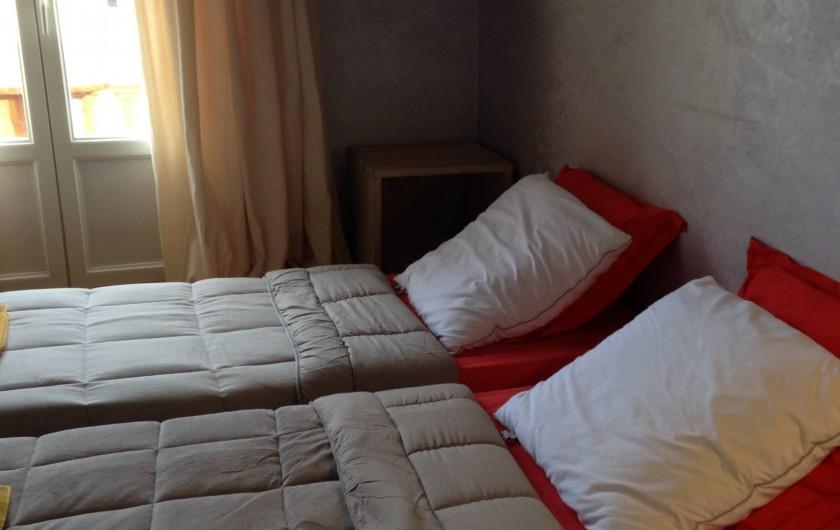 Location de vacances - Appartement à Monaco-Ville - chambre du bas du grand appartement , TV  avec petit balcon  2 lits simples