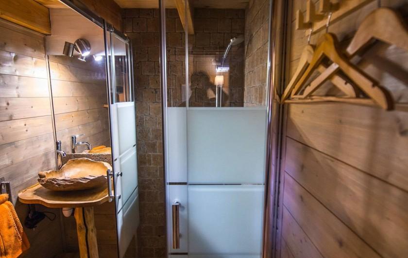 Location de vacances - Insolite à Allauch - Salle de bain cabane Ecureuil