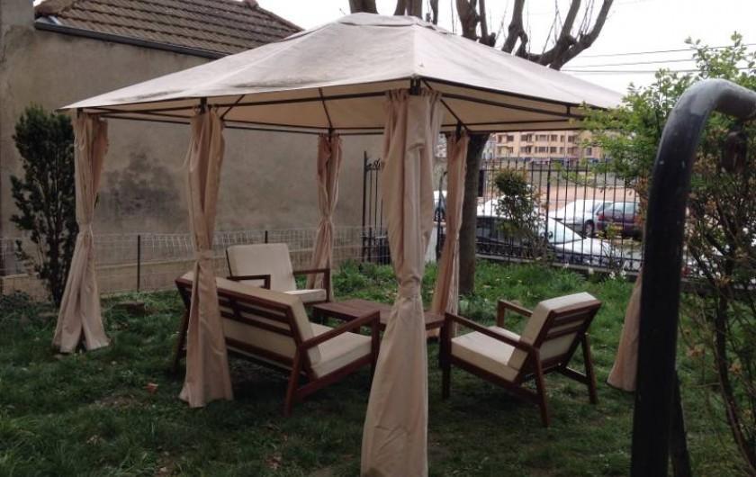 Location de vacances - Gîte à Roanne - Salon de jardin avec barbecue