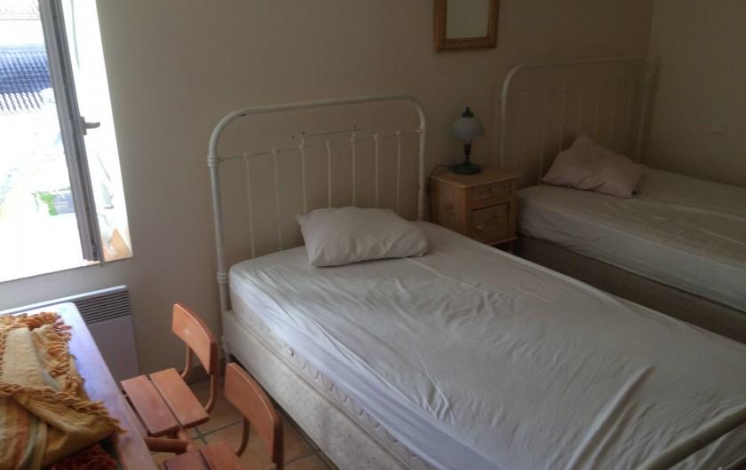 Location de vacances - Appartement à Manosque - La chambre avec 2 lits simple couchage.