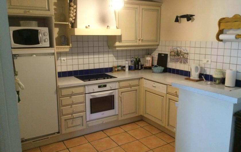 Location de vacances - Appartement à Manosque - La cuisine équipée (lave-vaisselle compris)