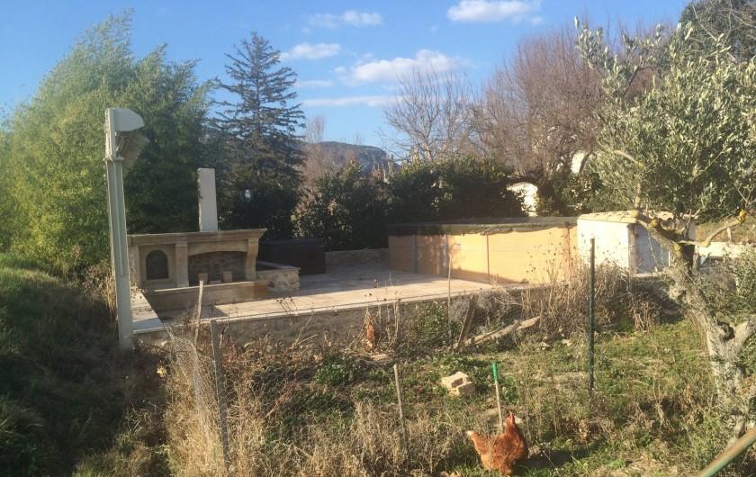 Location de vacances - Appartement à Manosque - La piscine hors-sol plus le spa + la cheminée barbecue + l'auvent.