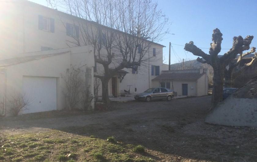 Location de vacances - Appartement à Manosque - La façade principale et le local sauna (derrière le véhicule).