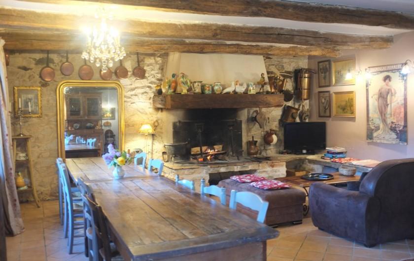 Location de vacances - Mas à Courniou - Salle à manger et salon /coin cheminée