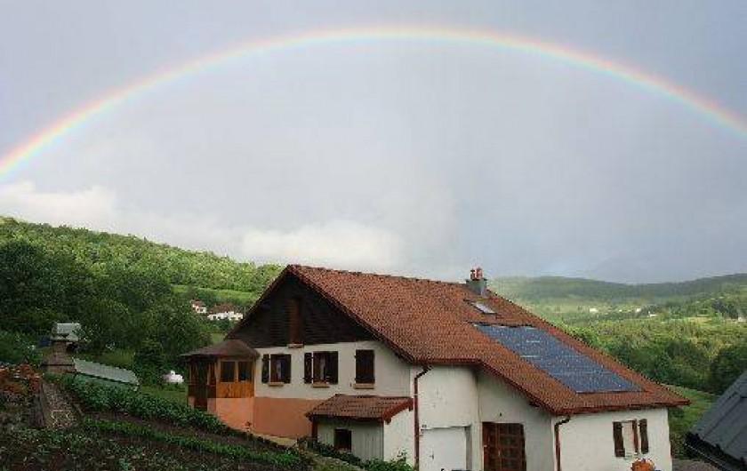 Location de vacances - Chambre d'hôtes à Le Menil - un bel arc en ciel au dessus de la maison