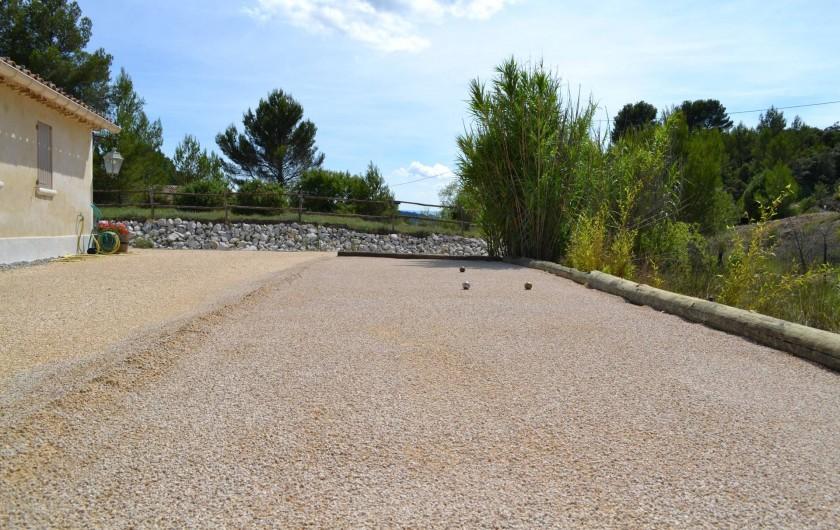 Location de vacances - Villa à Saint-Saturnin-lès-Apt - jeu de boule mini golf au dessus des pierres