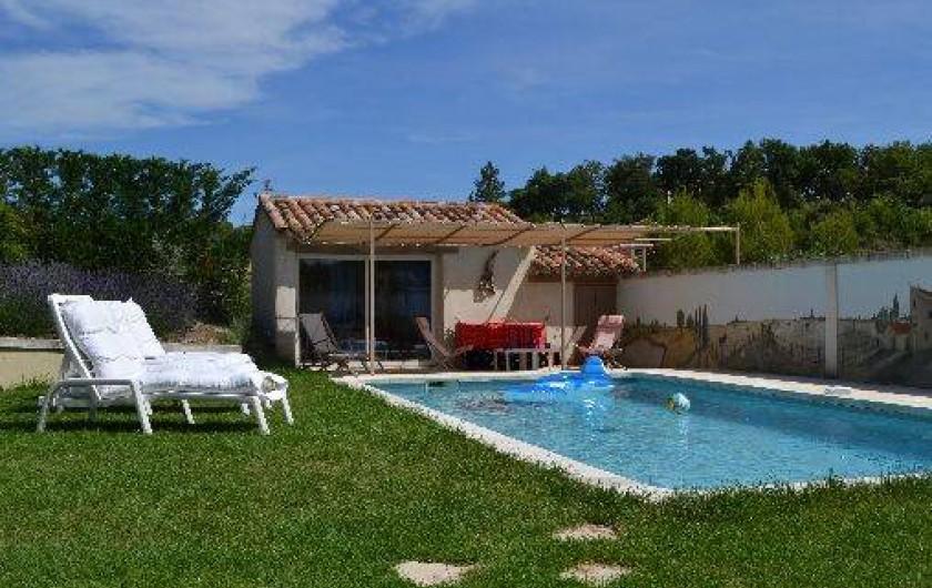 Location de vacances - Villa à Saint-Saturnin-lès-Apt - piscine 8x4 plage ombragée pelouse 300 m2
