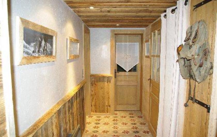 Location de vacances - Chalet à Manigod - Couloir accès chambres RDJ
