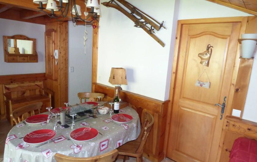 Location de vacances - Appartement à Pralognan-la-Vanoise - Le séjour avec sa table joliment dressée