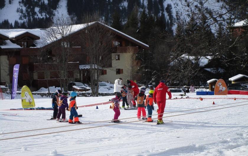 Location de vacances - Appartement à Pralognan-la-Vanoise - L'Ecole de ski de l'ESF, juste devant votre location,  le DÔME DES  SONNAILLES