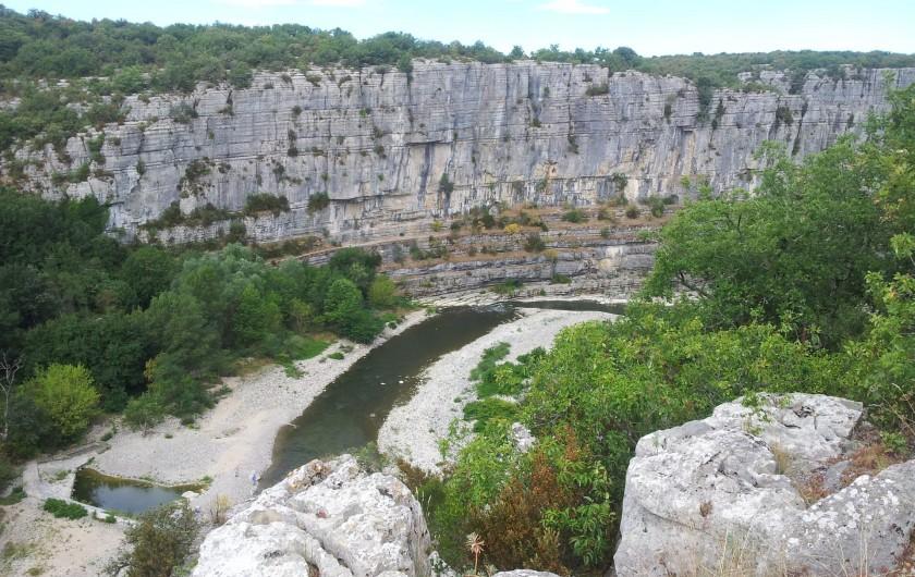 Location de vacances - Gîte à Saint-Alban-Auriolles - randonnée au dessus de la rivière Ardèche