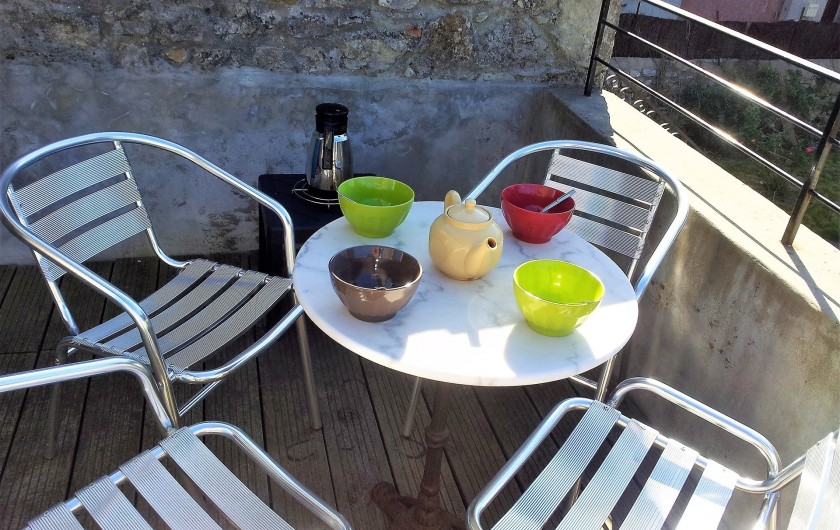 Location de vacances - Gîte à Saint-Alban-Auriolles - terrasse petit déjeuner en haut de l'escalier